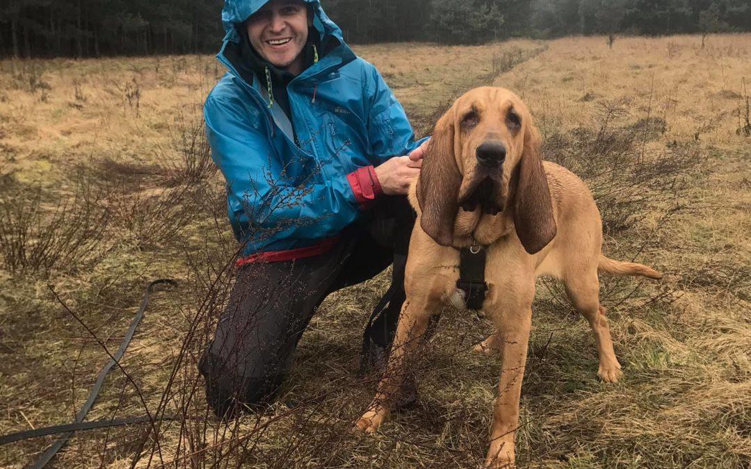 Szkolenie psów w strugach deszczu